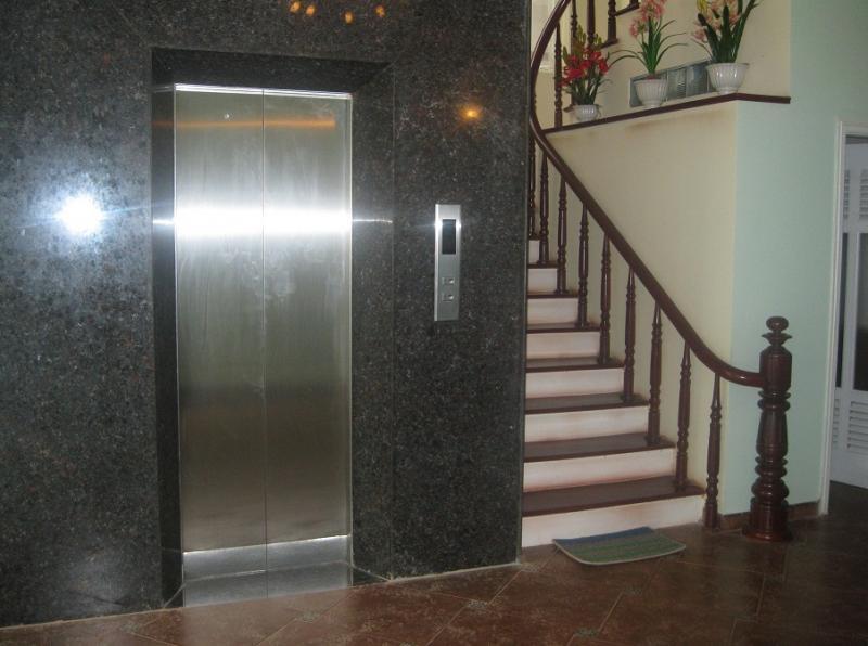 Cầu thang bộ có cần thiết khi đã lắp đặt thang máy?