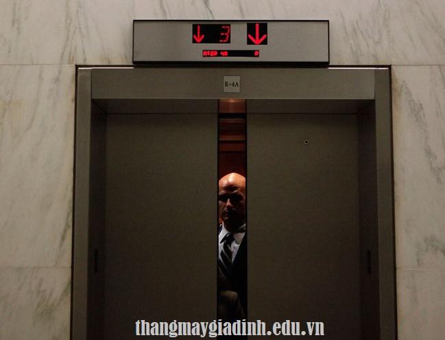 Tư vấn việc nên làm để tránh sự cố thang máy